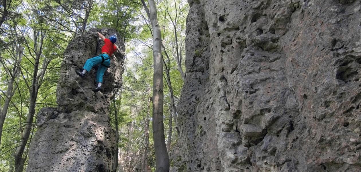 Foto vom Klettern am Neuhofer Turm beim Kletterkurs im Frankenjura