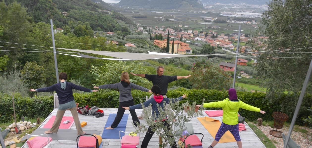 Foto von Yogaübung auf der Terrasse vom Casa Velo Arco Gardasee
