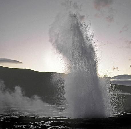 Foto vom Strokkur im Geysirgebiet in Island
