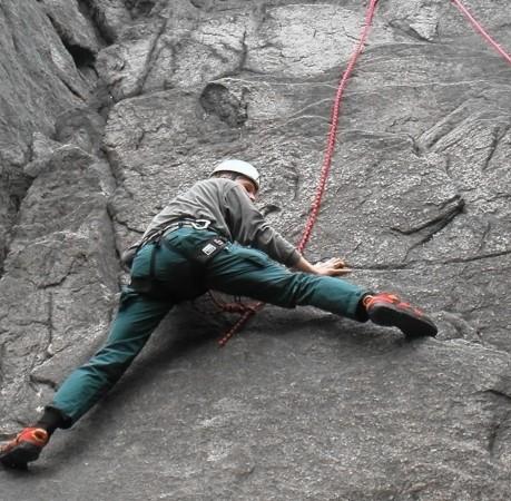 Foto vom richtigen Spreizen beim Kletterkurs im Harz