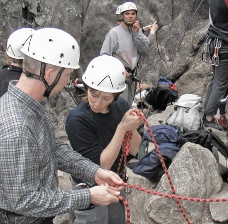 Foto vom Sichern beim Kletterkurs im Harz