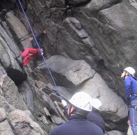 Foto vom Kaminklettern beim Kletterkurs im Harz