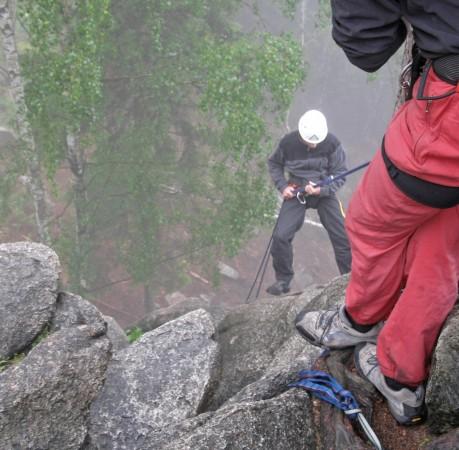 Foto vom sicheren Abseilen am Fels beim Kletterkurs im Harz