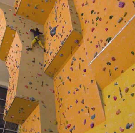 Foto vom souveränen Klettern im Vorstieg beim Kletterkurs in der Kletterhalle