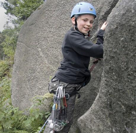 Foto vom Vorstieg mit Klemmkeilen und Friends beim Kletterkurs im Harz