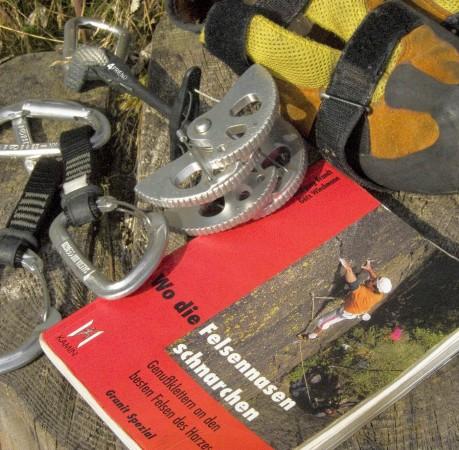 Foto von Kletterutensilien beim Kletterkurs im Harz