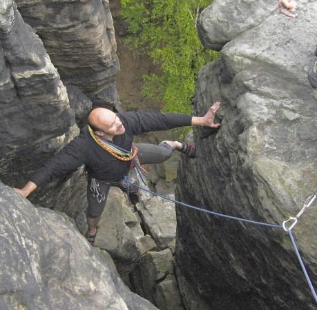 Foto vom Klettern in einem Kamin in der Sächsichen Schweiz