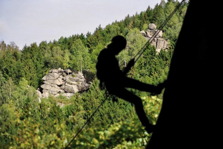 Foto vom Abseilen mit Blick auf die Falterwand beim Kletterkurs im Harz