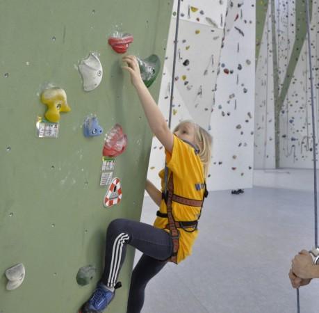 Foto von Toni beim Topropeklettern in der Kletterhalle