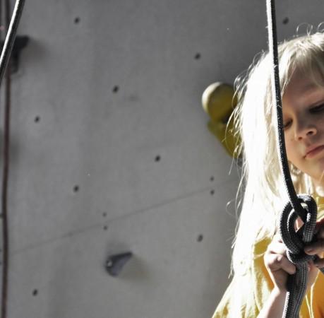 Foto von Toni beim knüpfen des Achterknotens beim Kletterkurs in der Kletterhalle