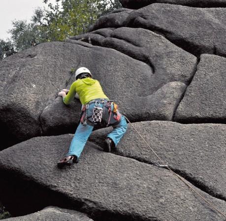 Foto von wunderschönen Rissen und rauem Granit beim Kletterkurs im Harz
