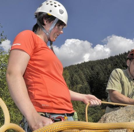 Foto von der Arbeit mit dem Kletterseil beim Kletterkurs im Harz