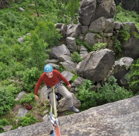 Foto vom Ablassen des Kletterpartners beim Kletterkurs im Harz