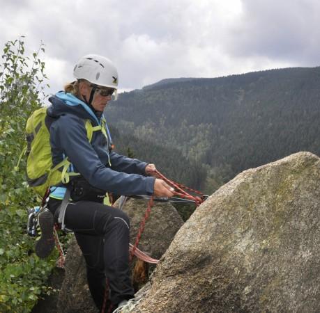 Foto vom Nachsichern des Kletterpartners beim Kletterkurs im Harz