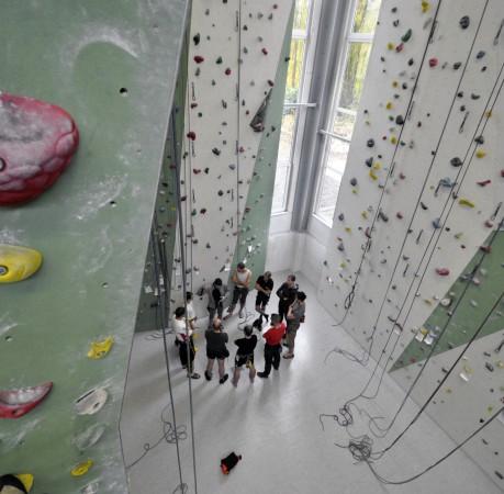 Foto mit Blick von Oben beim Kletterkurs in der Kletterhalle