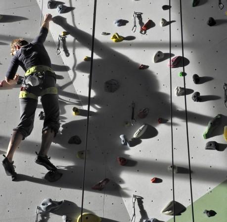 Foto vom Toperopeklettern beim Kletterkurs in der Kletterhalle