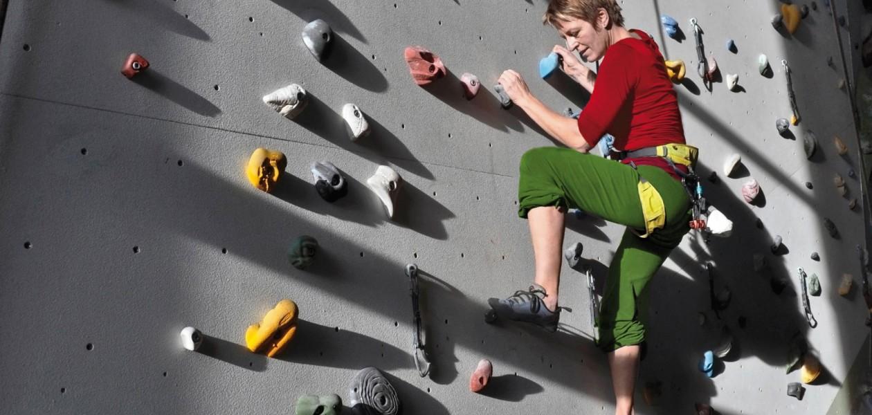 Foto vom Topropeklettern beim Kletterkurs in der Kletterhalle