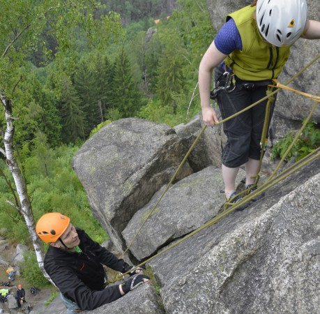 Foto vom Aufnehmen des Seils beim Kletterkurs im Harz