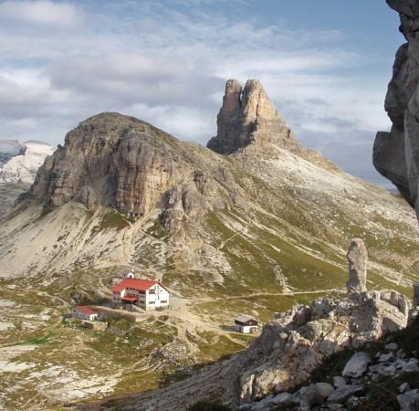 Foto vom Toblinger Knoten und der Dreizinnenhütte in den Sextener Dolomiten