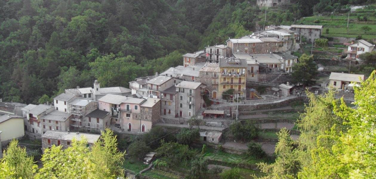 Foto von Bergdorf auf dem Alta via Liguria in Italien