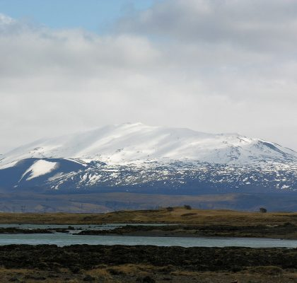 Der Hekla-Vulkan im Winter - mit Schnee sieht er ganz friedlich aus. (Quelle: Hansueli Krapf auf Wikipedia unter CC BY-SA 3.0 Lizenz)