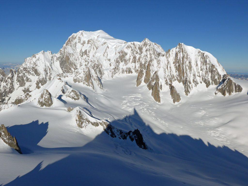 Seit 1745 gilt der Mont Blanc in den Savoyer Alpen als höchster Berg Europas. Für viele ist er es mit seinen 4.810 Metern noch heute. Bildquelle: Cactus26 bei Wikipedia unter CC BY-SA 3.0 Lizenz