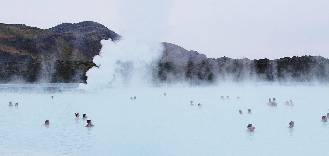 Die Blaue Lagune ist die große, heilsame Badewanne von Island. Eine heiße Quelle, gesundheitsfördernde Stoffe und Kieselerde südwestlich von Reykjavik. Blue Lagoon Iceland 2018